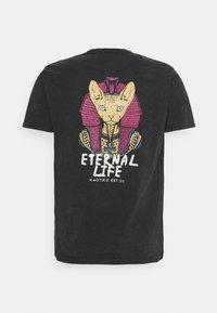 Kaotiko - ETERNAL LIFE SPHYNX - Print T-shirt - black - 1