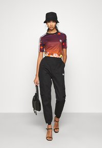 adidas Originals - GRAPHICS SLIM SHORT SLEEVE TEE - Camiseta estampada - multicolor - 1