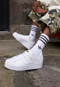 adidas Originals - SUPERSTAR BOLD - Sneakers basse - footwear white/gold metallic - 4