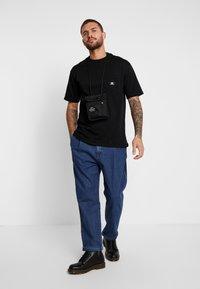 Sweet SKTBS - LOOSE POCKET - Print T-shirt - desert black - 1