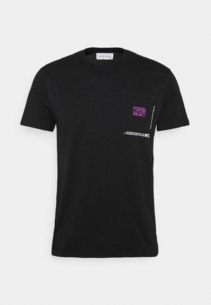 CHEST POCKET TEE - Print T-shirt - black