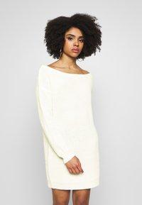 Missguided Petite - OFF THE SHOLDER DRESS - Pletené šaty - winter white - 0