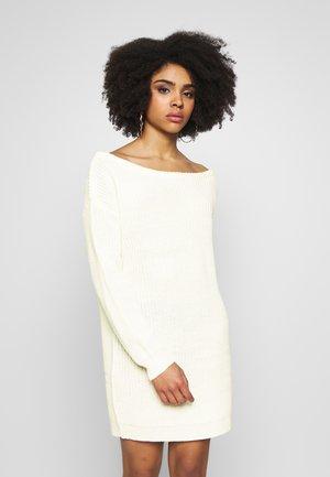 OFF THE SHOLDER DRESS - Pletené šaty - winter white