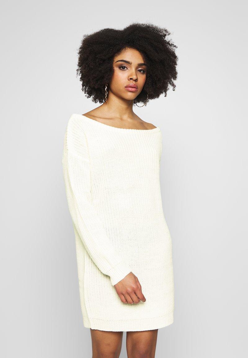 Missguided Petite - OFF THE SHOLDER DRESS - Pletené šaty - winter white