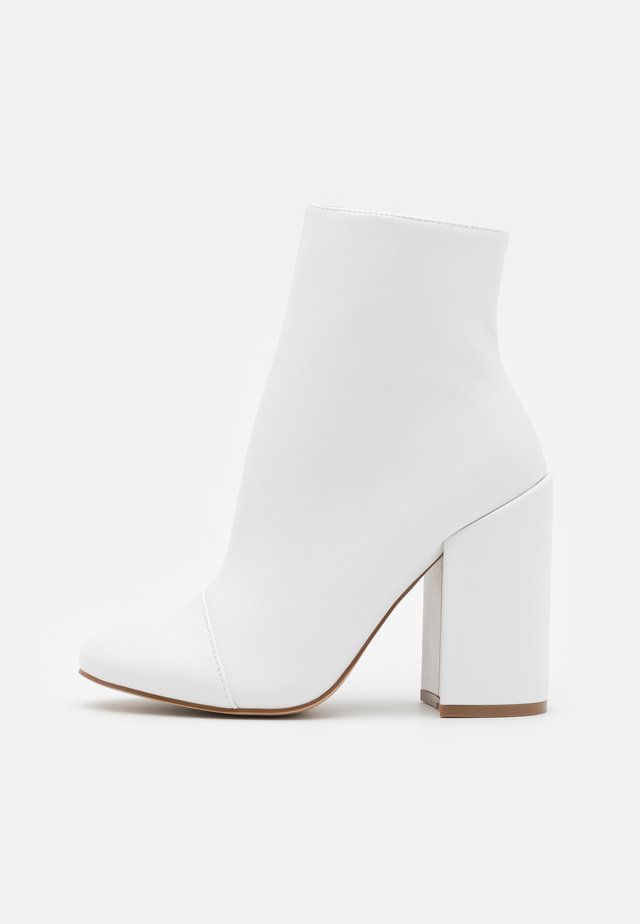 TOP UP WIDE FIT DOLLEY - High heeled ankle boots - white
