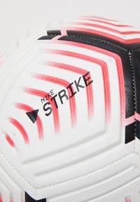 Nike Performance - PREMIER LEAGUE STRIKE - Bollar - white/laser crimson/black - 1
