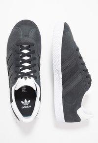 adidas Originals - GAZELLE - Trainers - carbon/footwear white - 0