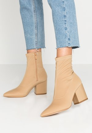 WIDE FIT KINLEY - Bottines - nude