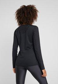 Nike Performance - WARM HOLLYWOOD - Funktionsshirt - black/clear - 2
