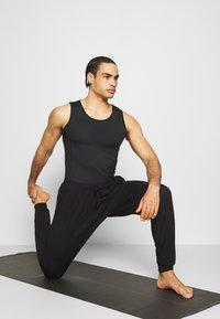 Curare Yogawear - MENS LONG PANTS - Pantalones deportivos - black - 1