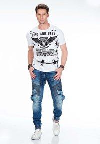Cipo & Baxx - MIT CARGOTASCHEN - Slim fit jeans - blue - 1