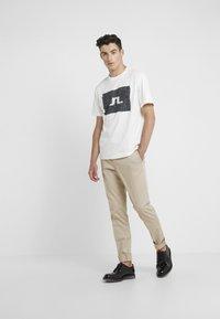 J.LINDEBERG - JORDAN DISTINCT  - Print T-shirt - white/black - 1