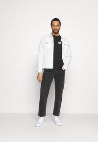 Tommy Jeans - BACK FLAG TEE UNISEX - T-shirt med print - black - 1