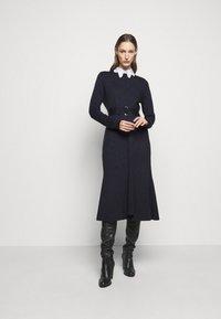 Victoria Beckham - BELTED  - Pletené šaty - navy/black - 1