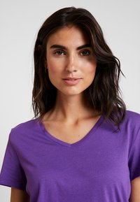 Cream - NAIA - Basic T-shirt - amaranth purple - 4