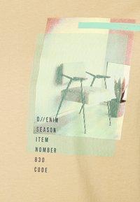 TOM TAILOR DENIM - Print T-shirt - lark beige - 4