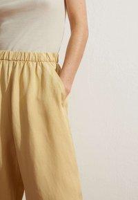 OYSHO - MIT LEINENANTEIL - Trousers - light yellow - 3