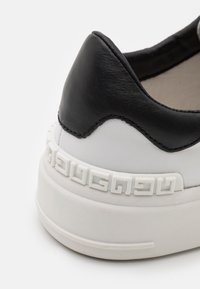 Guess - VERONA STRIPE  - Baskets basses - white/black - 5