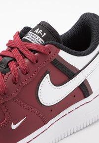 Nike Sportswear - FORCE 1 LV8  - Matalavartiset tennarit - team red/white/black - 2