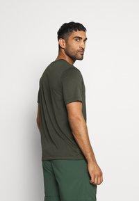 Nike Performance - DRY TEE  ATHLETE CAMO - Camiseta estampada - sequoia - 2