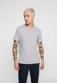KnowledgeCotton Apparel - BASIC REGULAR FIT V-NECK TEE - T-shirt basic - grey melange - 0