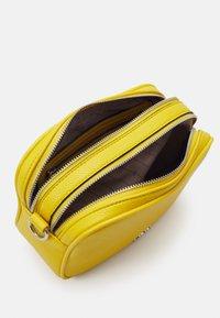 L.CREDI - FELICITAS FARHILDE - Across body bag - yellow - 4
