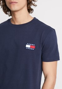 Tommy Jeans - BADGE TEE - Basic T-shirt - blue - 4