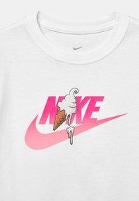Nike Sportswear - SUMMER - Camiseta estampada - white - 2