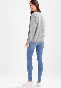 Levi's® - RELAXED GRAPHIC CREW - Sweatshirts - smokestack heather - 3