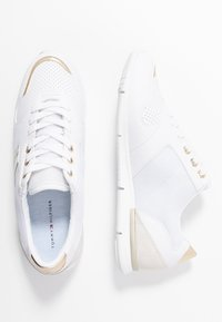 Tommy Hilfiger - METALLIC LIGHTWEIGHT SNEAKERS - Sneakers laag - white/light gold - 3