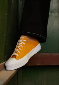 Converse - CHUCK TAYLOR ALL STAR LIFT RENEW  - Sneakersy niskie - sunflower gold/white - 4