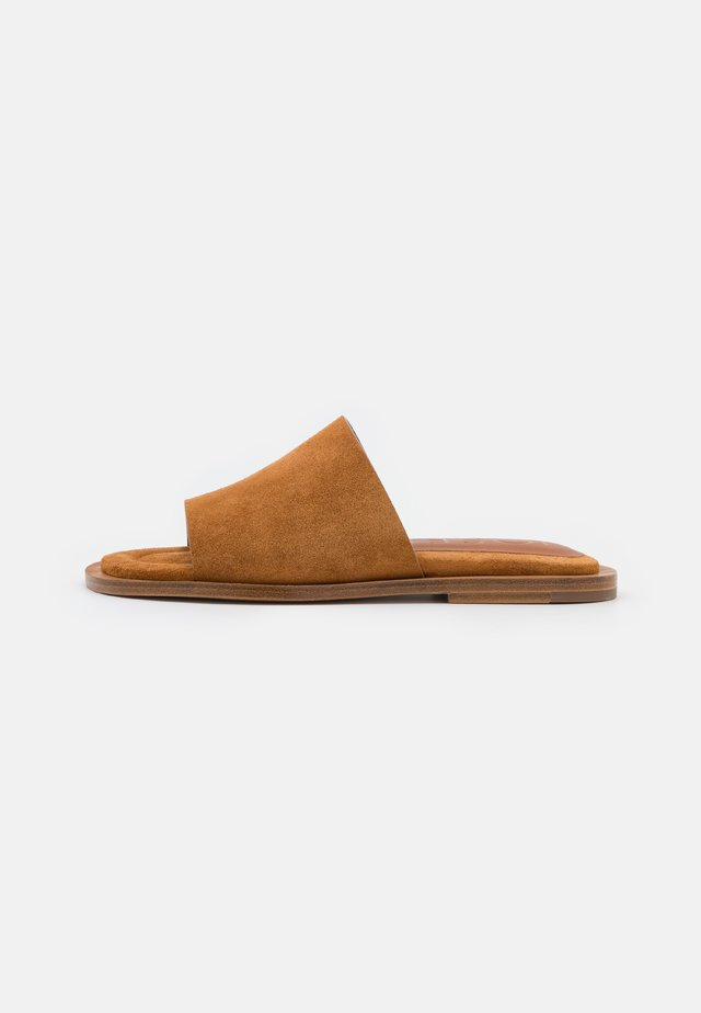 SOFTY POOL SLIDE - Pantolette flach - whisky