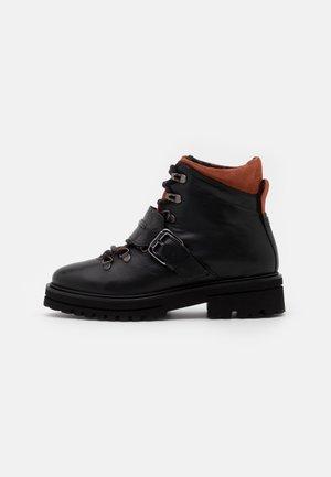 LICIA - Kotníkové boty na platformě - black