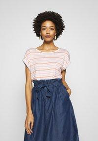 TOM TAILOR - T-SHIRT STRIPED CREW-NECK - T-shirt z nadrukiem - melon beige stripe vertical yello - 0