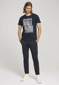 TOM TAILOR DENIM - MIT FOTOPRINT - Print T-shirt - total eclipse blue - 1