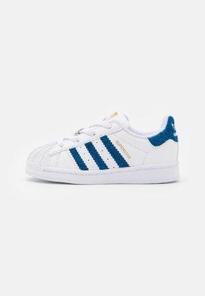 SUPERSTAR EL UNISEX - Trainers - footwear white/gold metallic
