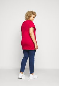 New Look Curves - BISOUS LIPSTICK - Print T-shirt - bright red - 2