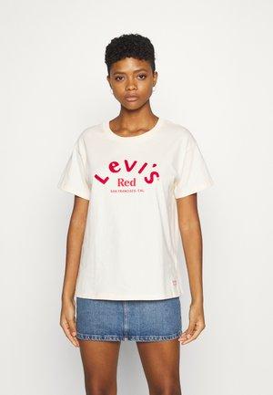 BOYFRIEND TEE - T-shirts print - red/ecru