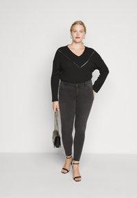 Vero Moda Curve - VMTANYA PIPING - Jeans Skinny Fit - dark grey denim - 1