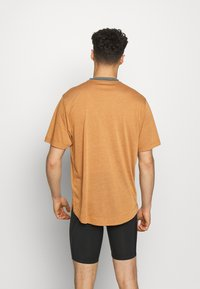 Patagonia - CAP COOL TRAIL BIKE HENLEY - T-shirt print - wood brown - 2