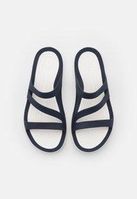 Crocs - SWIFTWATER - Chanclas de baño - navy/white - 4