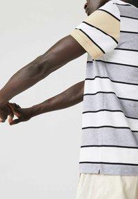 Lacoste - Polo shirt - heidekraut grau / weiß / beige / schwarz - 3