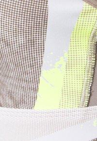 Reebok - LUX STRAPPY BRA - Reggiseno sportivo con sostegno leggero - yellow flare - 5