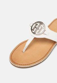 Tommy Hilfiger - ESSENTIAL FLAT - Sandály s odděleným palcem - ecru - 7