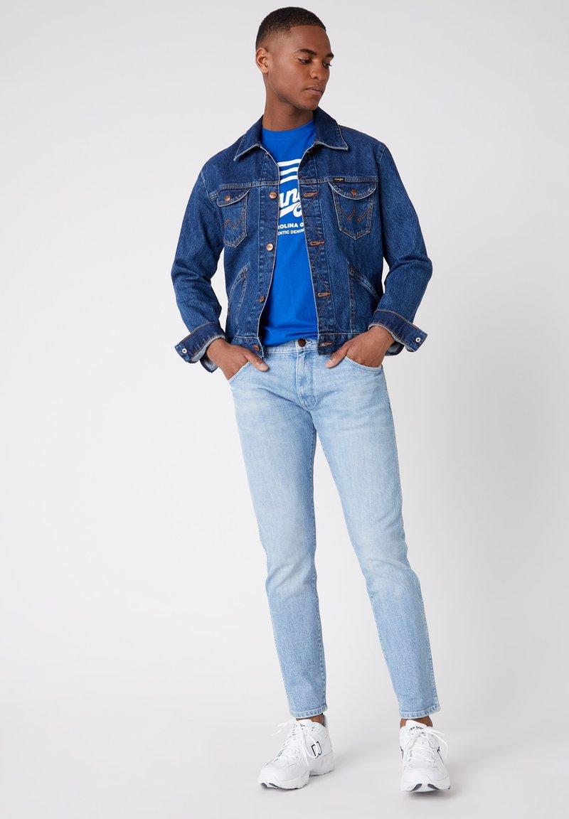 Wrangler LARSTON - Jeans Slim Fit - 1/4 blue/blau-meliert mKojPH