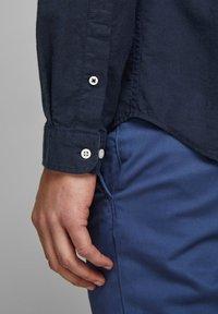 Jack & Jones PREMIUM - JJESUMMER  - Camicia - navy blazer - 4