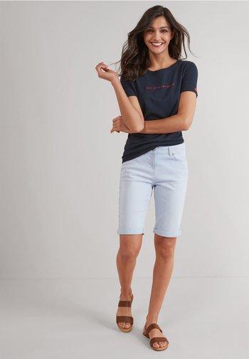 KNEE SHORTS - Shorts - mottled light blue