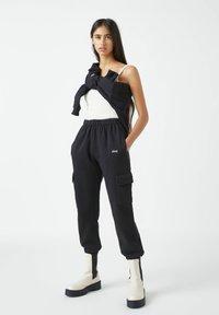 PULL&BEAR - Teplákové kalhoty - black - 1