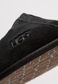 UGG - SCUFF - Domácí obuv - black - 5