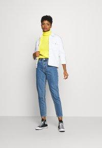 Vero Moda - VMJOANA MOM ANKLE - Relaxed fit jeans - medium blue denim - 1